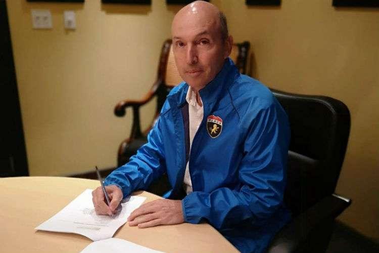 Javier Álvarez al momento de firmar su contrato con el club de Plaza Amador: Foto: @cdplazaamador