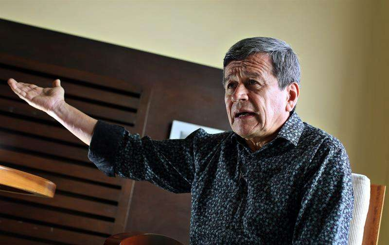 El jefe negociador de la guerrilla colombiana del Ejército de Liberación Nacional (ELN), Pablo Beltrán, habla durante una entrevista con Efe, este lunes 14 de mayo de 2018, en La Habana (Cuba). EFE