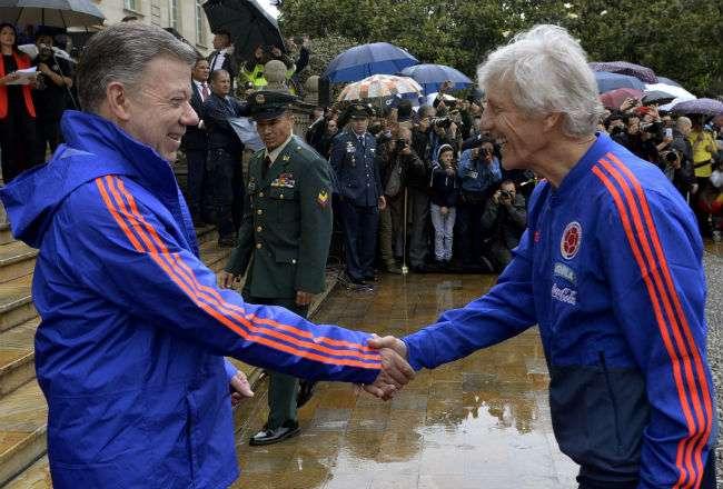 El mandatario Juan Manuel Santos (i) y el técnico de Colombia, José Néstor Pekerman (d).  Foto: EFE
