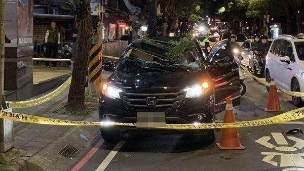 El chico, apellidado Lu, cayó sobre el techo de un vehículo que se había detenido en un semáforo.  Foto: 20minutos