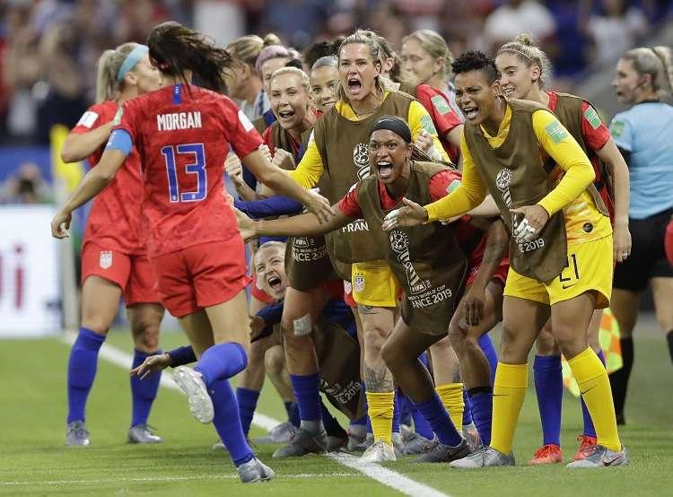 Alex Morgan celebra su gol con sus compañeras de equipo. Foto: AP