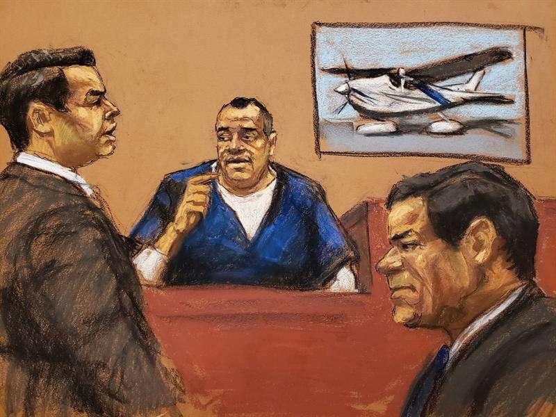 """Reproducción fotográfica de dibujo donde aparece el fiscal Anthony Nardozi (i) mientras interroga a Isaías Valdez Ríos (c) frente al narcotraficante Joaquín """"El Chapo"""" Guzmán (d) este jueves en el tribunal del Distrito Sur en Brooklyn, Nueva York (EE.UU.)"""