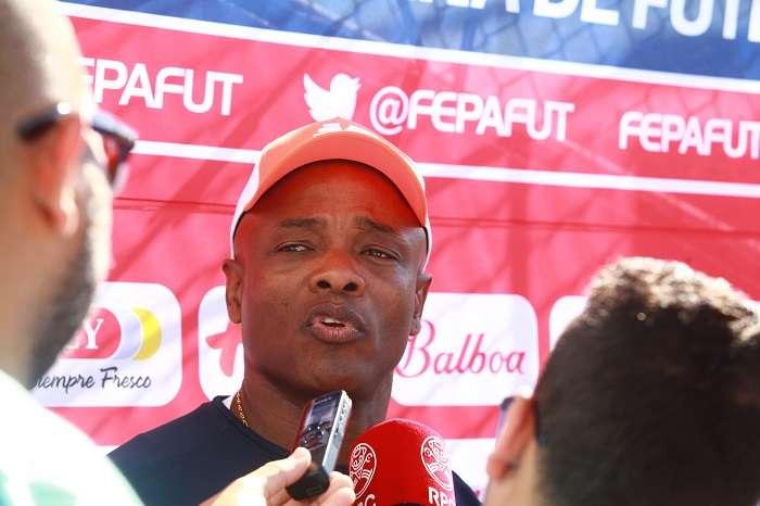 Julio César Dely Valdés da entrevistas a la prensa previo a los entrenamientos de hoy. /Foto: Anayansi Gamez