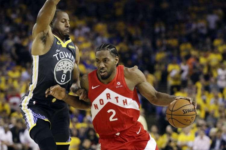 Kawhi Leonard (der.) fue uno de los jugadores claves para que los Raptors de Toronto ganaran el título de la NBA.