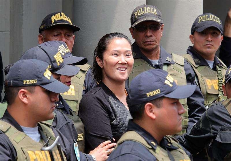 Fotografía tomada en el pasado 1 de noviembre en la que se registró a la principal líder de la oposición en Perú, Keiko Fujimori (c), quien purga una pena de 36 meses de prisión preventiva. EFEArchivo