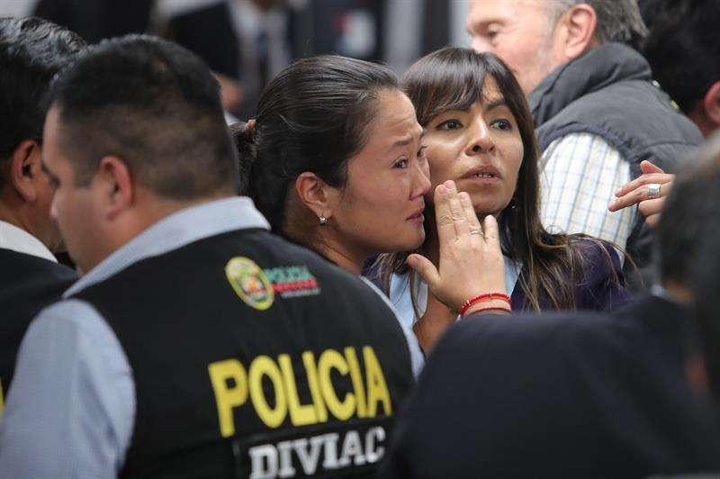 Keiko Fujimori (c) llora luego de que fue ordenada su liberación, en Lima (Perú). EFE