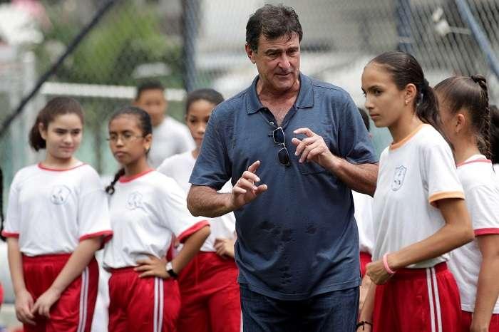 Mario Alberto Kempes compartió con niños panameños./ EFE