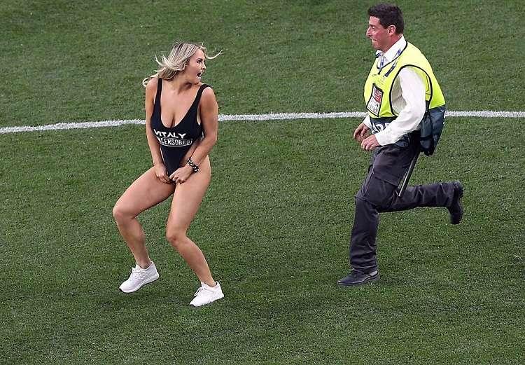 La modelo rusa Kinsey Wolanski invadió el terreno de juego durante la final de la Champions League. Foto: Twitter