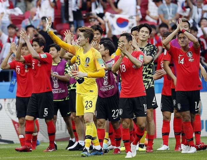 Los jugadores de Corea del Sur celebran su triunfo contra la campeona Alemania./EFE