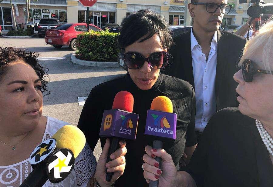 La hija del cantante mexicano José José, Marysol Sosa (c), fue registrada al hablar con periodistas el pasado domingo, en una comisaría en el condado de Miami-Dade (Florida, EE.UU). EFE