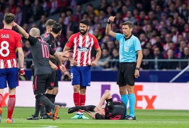 Momento en que Laurent Koscielny sufría la lesión en el partido contra el Atlético de Madrid.