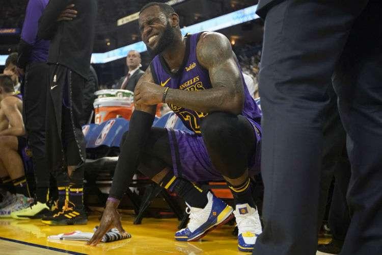 LeBron James se queja de dolor luego de lesionarse en el partido de ayer martes. Foto: AP