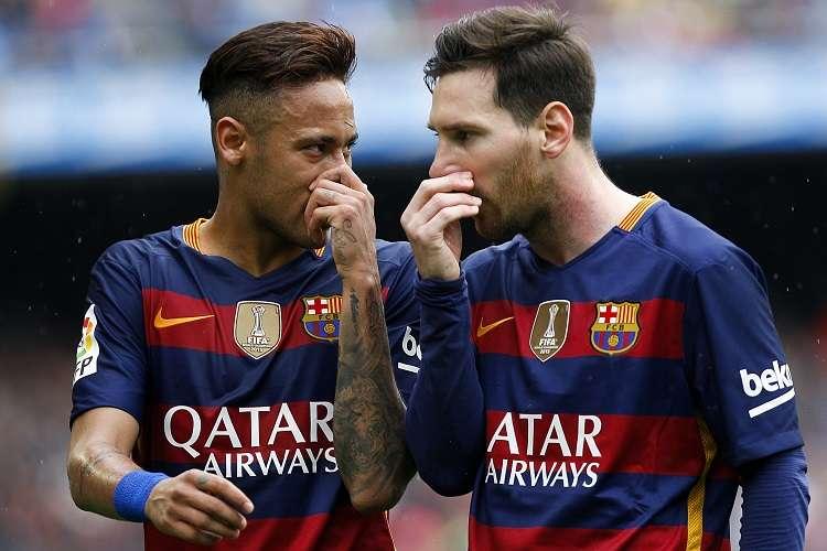 El delantero argentino del FC Barcelona Leo Messi (d) habla con el delantero brasileño del FC Barcelona Neymar. Foto: EFE