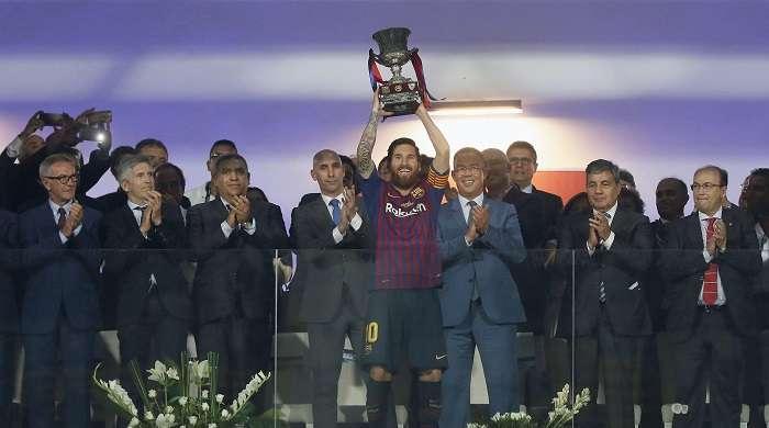 El capitán del FC Barcelona Leo Messi levanta el trofeo de campeón tras la final de la Supercopa de España./EFE