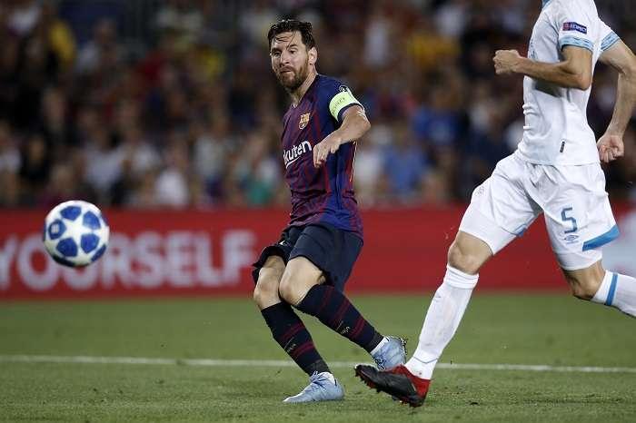 Lionel Messi, figura del FC Barcelona, en plena definición. / EFE