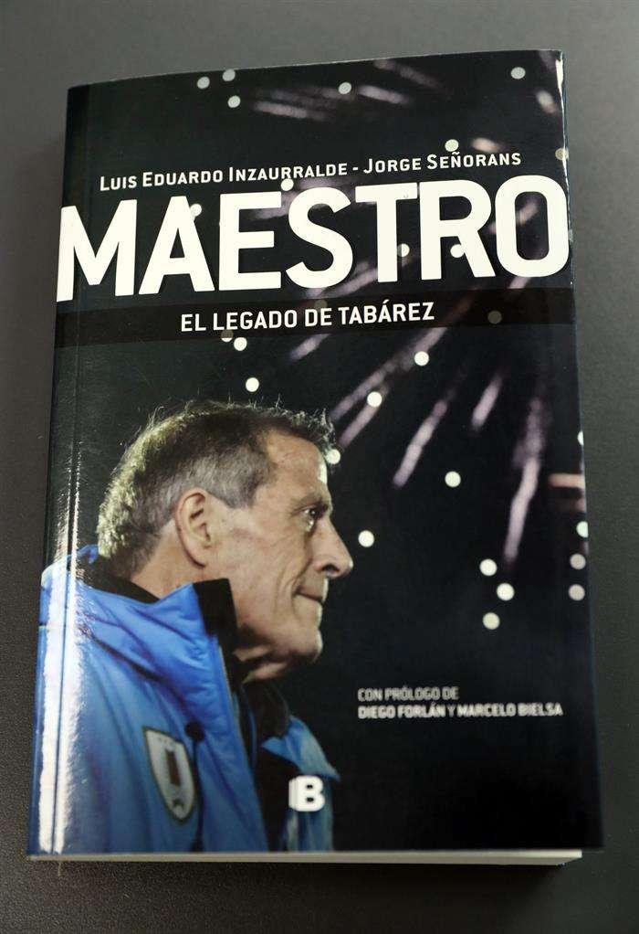 """Registro de la tapa del libro """"Maestro"""", un trabajo que aborda el proceso del entrenador Óscar Washington Tabárez al frente de la selección uruguaya de fútbol. Foto EFE"""