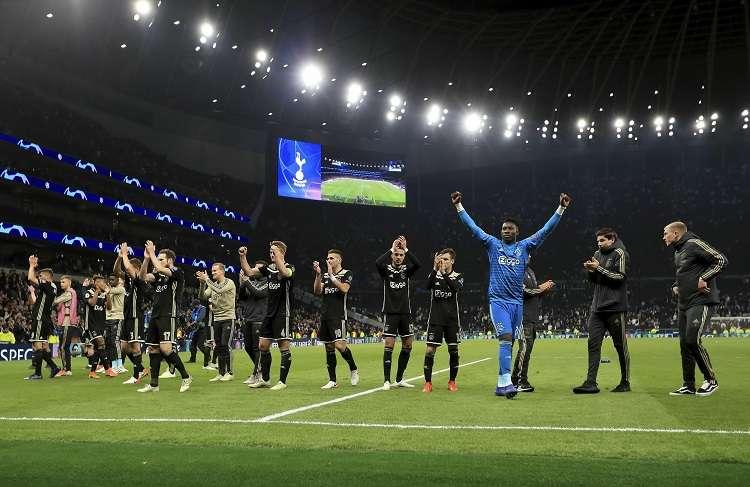 Equipo del Ajax celebra su triunfo en el partido de ida de las semifinales de la Liga de Campeones. Foto: