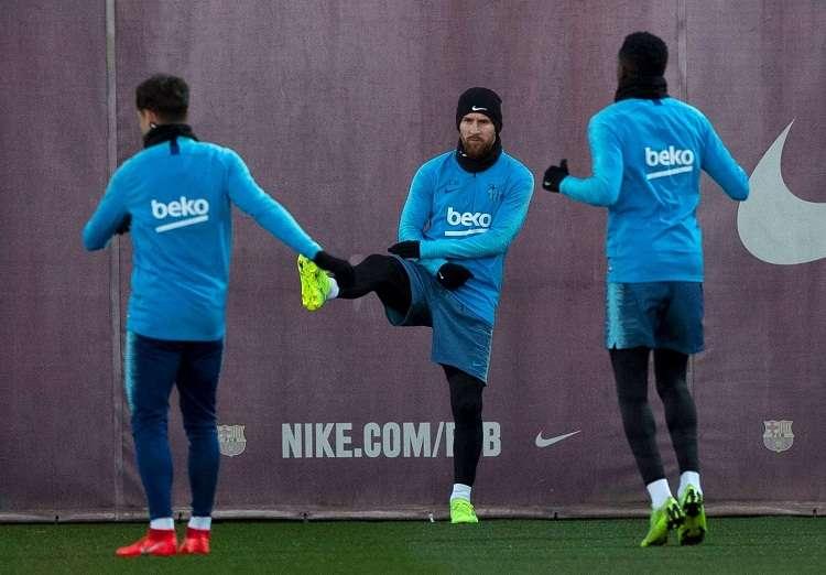 El delantero argentino Lionel Messi (centro) durante el entrenamiento que realiza la plantilla barcelonista hoy. Foto: EFE