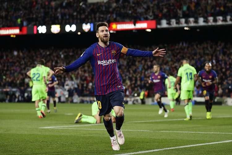 Lionel Messi festeja su título de campeón en la Liga. Foto: AP