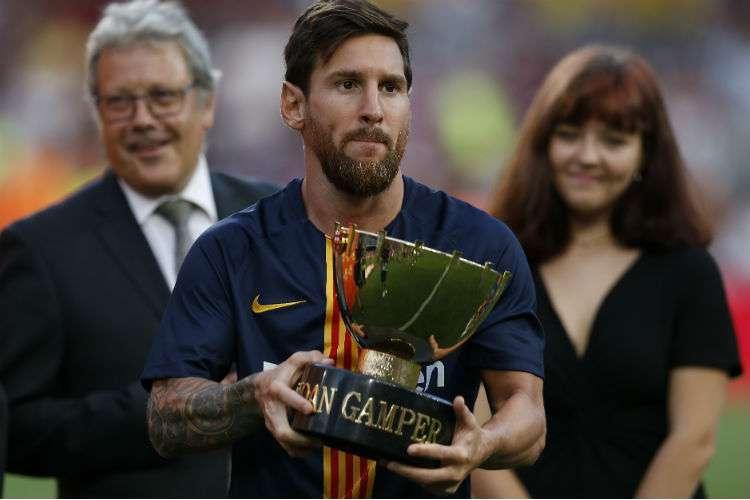 Lionel Messi sostiene el trofeo Joan Gamper, luego de que el Barcelona derrotara al Boca Juniors. Foto: EFE