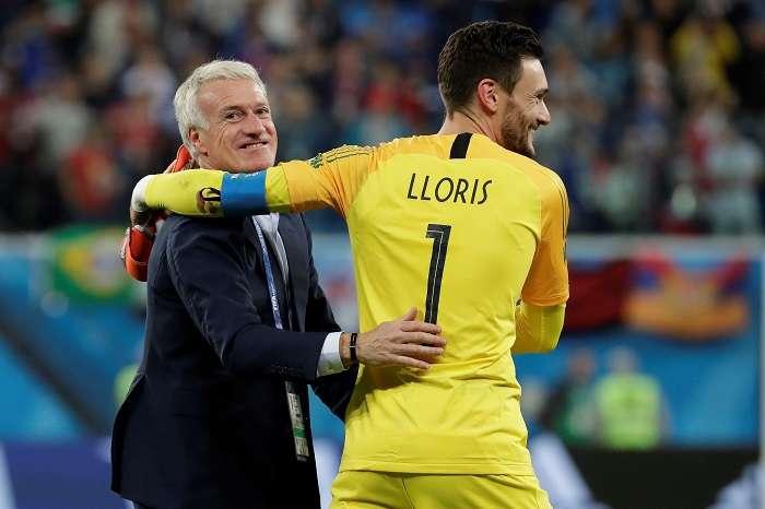 El técnico francés Didier Deschamps y el portero francés Hugo Lloris celebran la victoria tras el partido Francia-Bélgica, de semifinales del Mundial de Fútbol de Rusia 2018./EFE