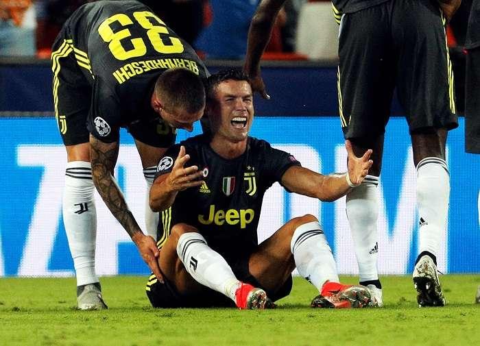 Cristiano Ronaldo se lamenta tras recibir la tarjeta roja. /EFE