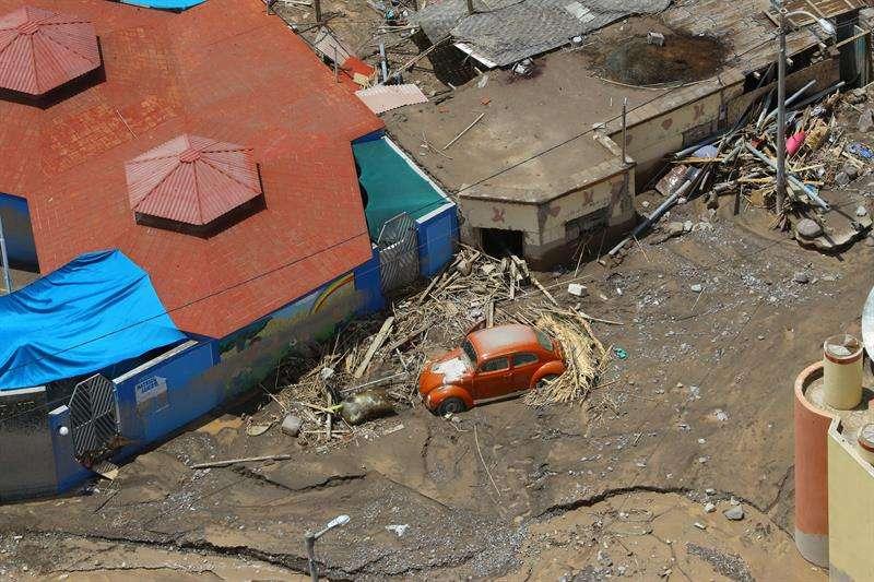 Un vehículo y un grupo de viviendas destruidas e inundadas por un deslizamiento de tierra en el distrito de Mirave, en la región surandina de Tacna (Perú). EFE/Andrés Valle/Presidencia de Perú