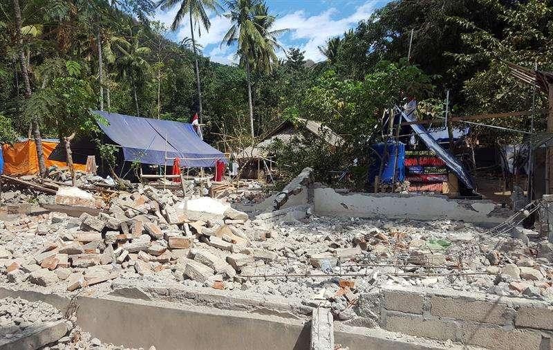 Las tiendas de campaña se asientan cerca de las ruinas de un antiguo pueblo en el norte de Lombok, azotado hace un mes por dos fuertes terremotos. EFE