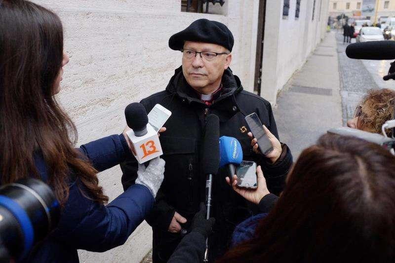El administrador apostólico de Rancagua, Luis Fernando Ramos Pérez, realiza declaraciones a la prensa. EFE