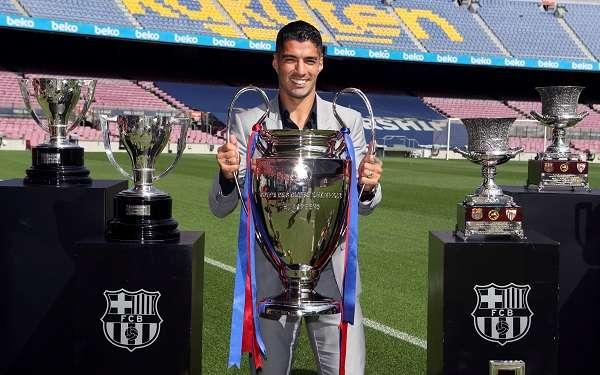 Luis Suárez junto a los trofeos que ganó con el Barcelona. Foto: AP