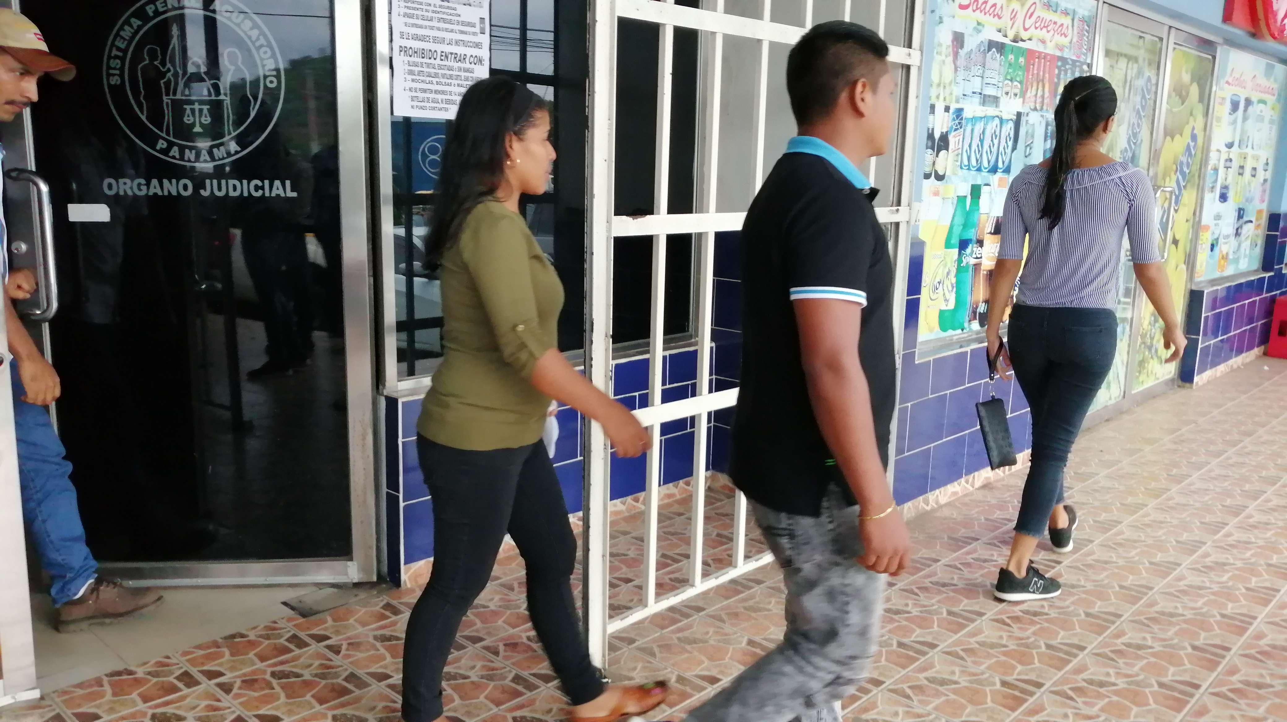 En la imagen, la madre y una prima de la imputada a su salida del Sistema Penal Acusatorio de Panamá Oeste. Foto: Eric Montenegro