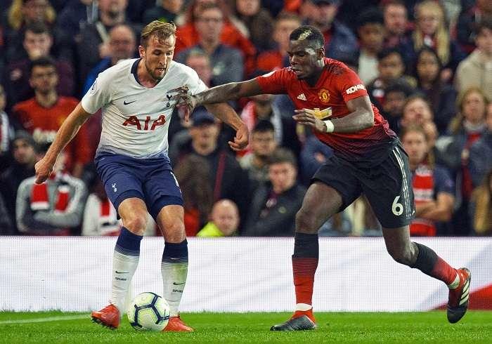 Paul Pogba del Manchester United en acción con Harry Kane del Tottenham durante el partido de la Liga Premier inglesa./EFE