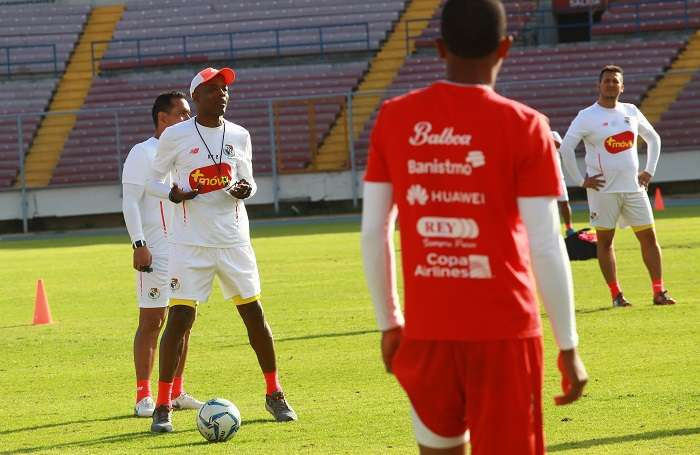 Julio César Dely Valdés da instrucciones a los jugadores durante los entrenamientos de hoy./ Foto: Anayansi Gamez