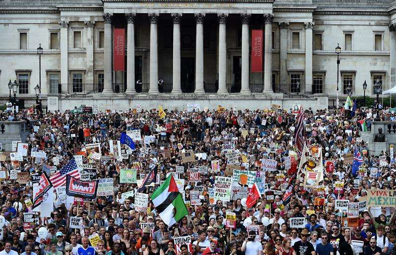Manifestantes sostienen pancartas con mensajes en contra del presidente de los Estados Unidos, Donald J. Trump, en Londres, Reino Unido. EFE