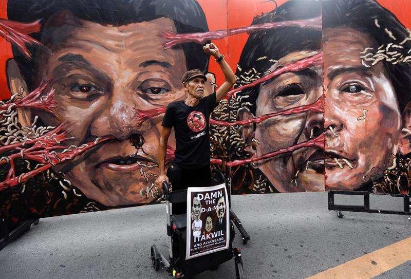 manifestante filipino participa en una marcha convocada coincidiendo con el 46 aniversario de la declaración de la ley marcial, en Manila (Filipinas), este 21 de septiembre. EFE