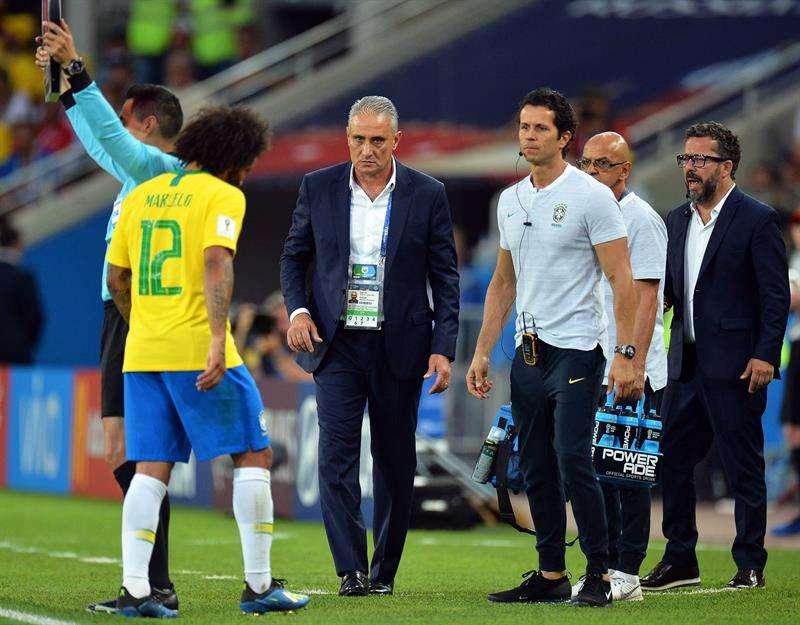 El lateral zurdo Marcelo compareció este viernes al entrenamiento de Brasil sin botines y en chanclas. Foto EFE