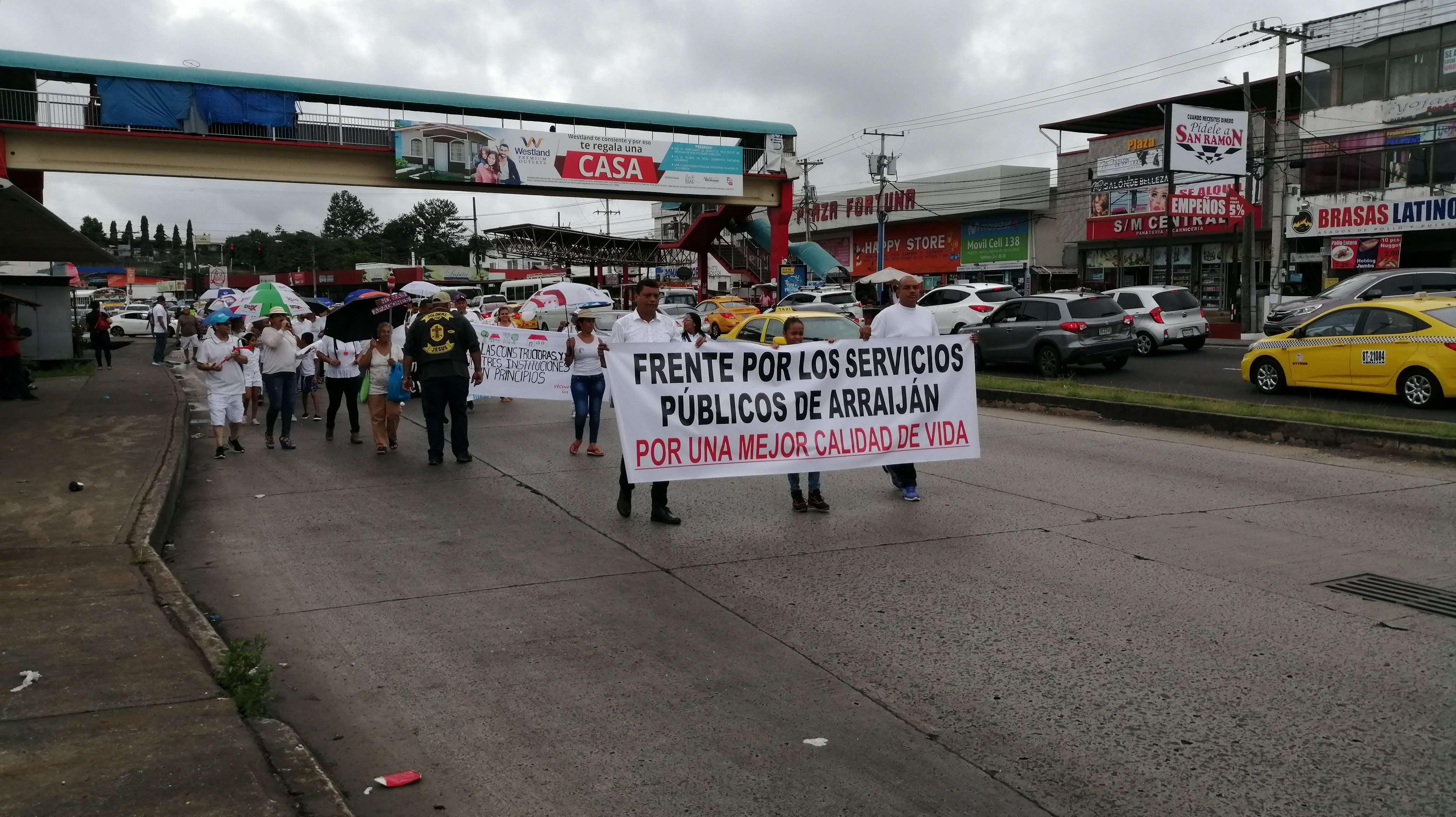 Foto. marcha de protesta en el distrito de Arraiján, por la mala calidad de los servicios públicos.