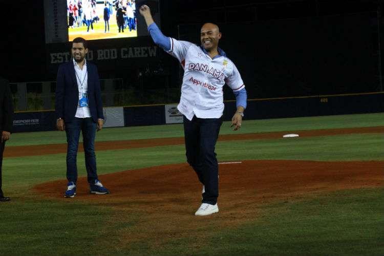 Mariano Rivera realiza el lanzamiento de honor que marcó la inauguración de la Serie del Caribe hoy lunes en el estadio Rod Carew. Foto: Anayansi Gamez