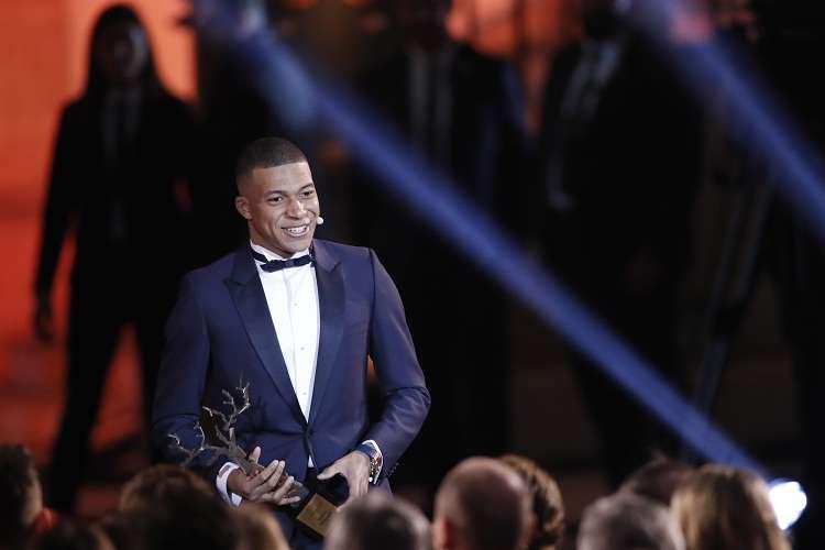 "Kylian Mbappe recibe su premio por la revista ""France Football"". Foto: AP"