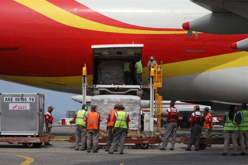 Personal descarga un avión proveniente de China que trae materiales médicos descartables, este viernes en el Aeropuerto Internacional Simón Bolívar, en Maiquetía (Venezuela). EFE