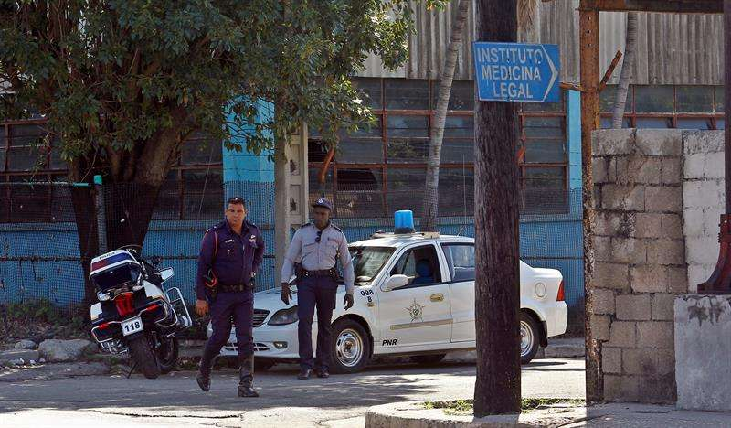 Policías cubanos custodian el sábado 19 de mayo de 2018, el acceso al Instituto de Medicina Legal en La Habana (Cuba), donde se realiza la identificación de las víctimas del accidente aéreo ocurrido ayer en el que fallecieron 108 de los 111 ocupantes. EFE