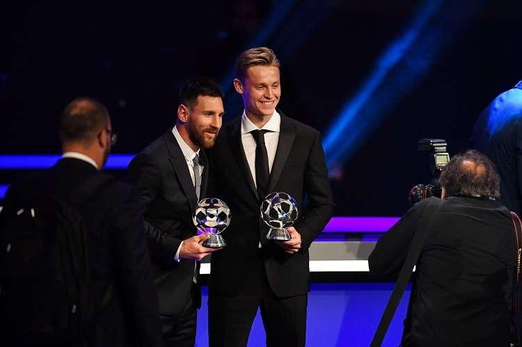 Lionel Messi recibe su premio de la UEFA al mejor delantero de la pasada Liga de Campeones. Foto: EFE