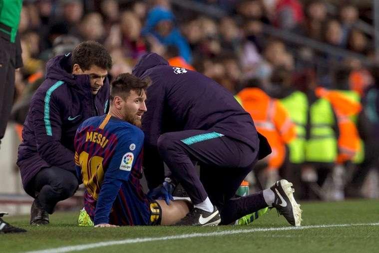 El delantero argentino del FC Barcelona, Leo Messi, atendido por los fisios del equipo blaugrana. Foto: EFE