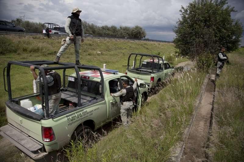 Empleados de seguridad de la empresa petrolera estatal Pemex inspecciona una toma ilegal en un ducto que pasa en el medio de una ciudad en San Bartolomé Hueyapan, en el estado de Puebla, México. AP
