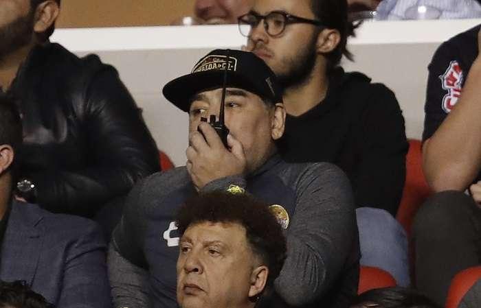 Diego Maradona tuvo que dar instrucciones desde las gradas./ AP