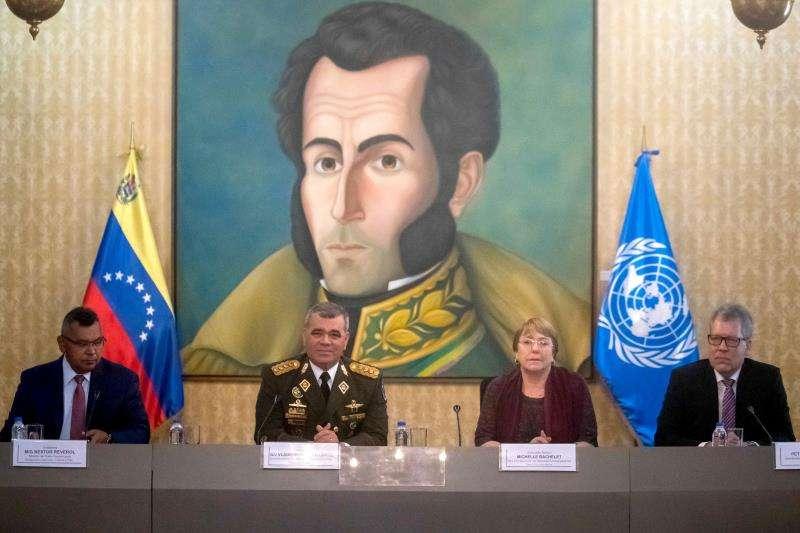 La alta comisionada de Naciones Unidas para los derechos humanos, Michelle Bachelet (2d), asiste a una reunión con el ministro de Interior y Justicia venezolano, Nestro Reverol, entre otros. EFE