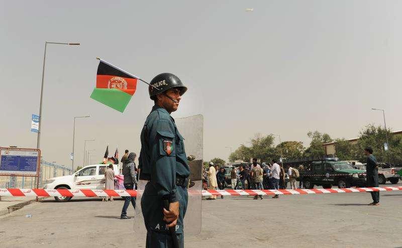 Un policía afgano monta guardia durante una marcha para exigir al gobierno la protección y seguridad en la provincia de Ghazni, hoy en el centro de Kabul, Afganistán. EFE