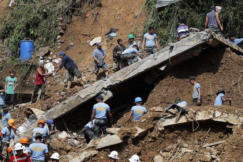 Miembros de los servicios de rescate trabajan en las labores de búsqueda de víctimas tras un corrimiento de tierra en una mina en el municipio de Itogon en la provincia de Benguet (Filipinas), este lunes 17 de septiembre. EFE
