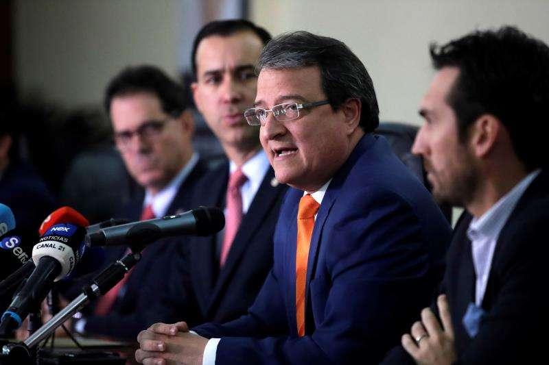 El ministro de Comercios e Industrias de Panamá, Néstor González (c), habla durante la conferencia de prensa de presentación de la XIII Cumbre Empresarial China-LAC este jueves, en Ciudad de Panamá (Panamá). EFE