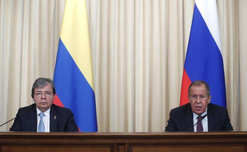 El ministro colombiano de Exteriores, Carlos Holmes Trujillo (i), ofrece una rueda de prensa con su homólogo ruso, Sergei Lavrov (d), en Moscú (Rusia), este lunes. EFE